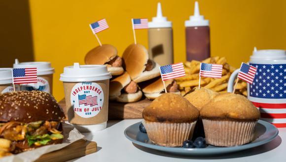 En la mesa para celebrar el 4 de julio no pueden faltar las hamburguesas, hot dogs, papas fritas y diversos postres. (Foto: Pixabay)