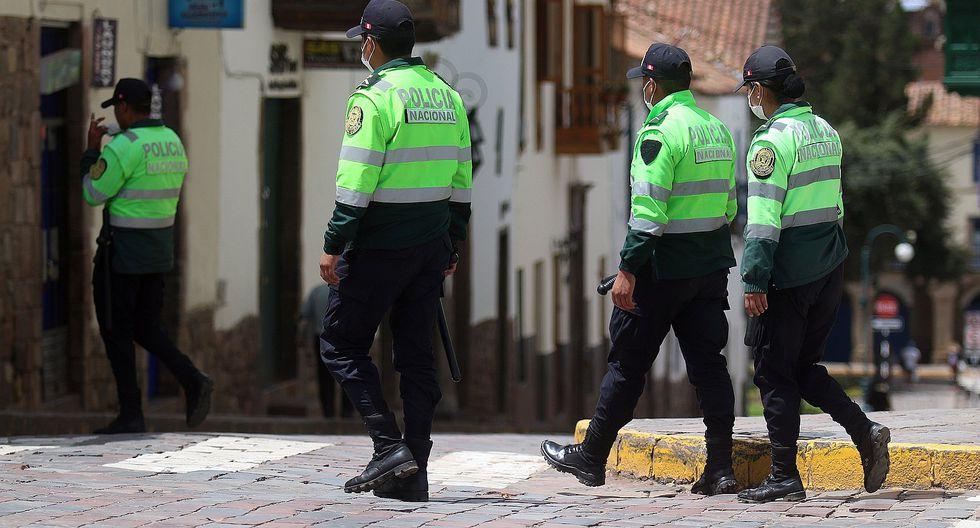 Los policías se encargan de hacer cumplir la inmovilización y el aislamiento social obligatorio. (GEC)