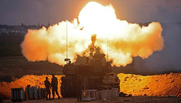 Soldados israelíes disparan un obús autopropulsado de 155 mm hacia la Franja de Gaza desde su posición a lo largo de la frontera con el enclave palestino. (Foto: AFP / EMMANUEL DUNAND).
