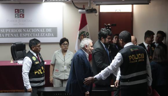 El exalcalde de Lima Luis Castañeda Lossio es trasladado por personal policial después de que el Poder Judicial dictara 24 meses de prisión preventiva en su contra, ayer. (Foto: Hugo Pérez/GEC).