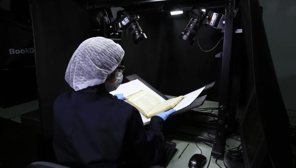 Para no dañar los volúmenes antiguos, la Biblioteca Nacional del Perú utiliza escáneres planetarios, con cámaras profesionales y luces LED. (Foto: Jessica Vicente)