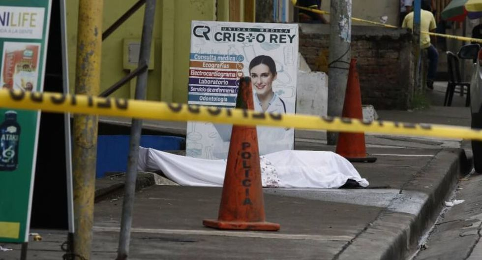 """Fotografía cedida por el diario ecuatoriano """"Expreso"""" y distribuida por la agencia Efe muestra un cadáver abandonado a las afueras de un centro médico, en Guayaquil, la ciudad más golpeada por el coronavirus en Ecuador. (Foto: EFE)"""