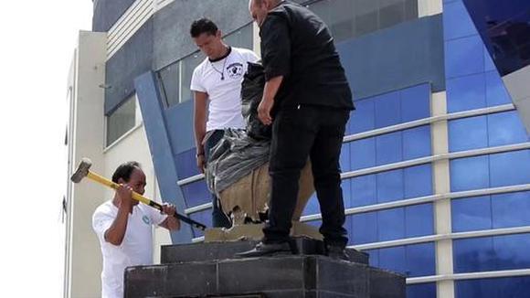 Retiran busto y el nombre de Evo Morales de un coliseo en Bolivia. (Video: EFE)