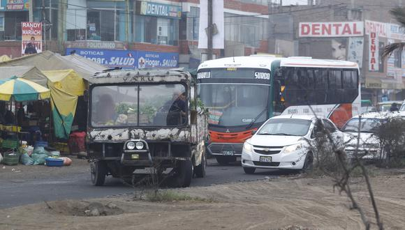 El 'peor carro de Lima' fue descubierto por la campaña #NoTePases cuando circulaba sin puertas, techo, ventanas, revisión técnica ni SOAT. (Foto: Hugo Pérez / El Comercio)