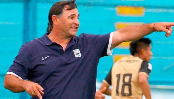 """Carlos Bustos: """"Con Farfán es importante la comunicación y el trabajo día a día"""". (Foto: Liga de Fútbol Profesional)"""