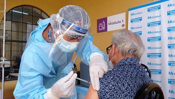 Esta semana los adultos mayores serán vacunados a través del servicio domiciliario y 25,650 en 9 vacunatorios (Foto: Colegio Médico del Perú)