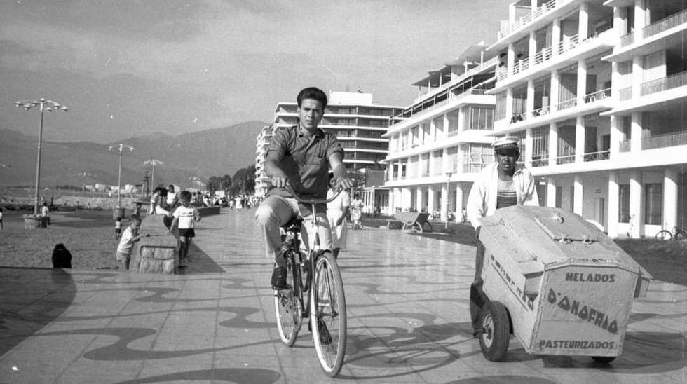 Un ciclista y un heladero (cuyo vehículo se considera un triciclo) se movilizan por el malecón de Ancón, en febrero de 1964. (Foto: Archivo histórico El Comercio)