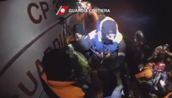 Registran dramático rescate de inmigrantes en la costa italiana
