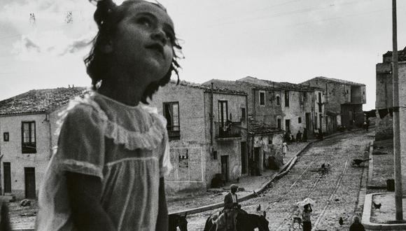 """Imagen del fotógrafo chileno Sergio Larraín, """"Calle central de Corleone, Sicilia, Italia"""", de la serie """"Mafia Italiana"""" (1959). (FOTO Colección Jan Mulder)"""