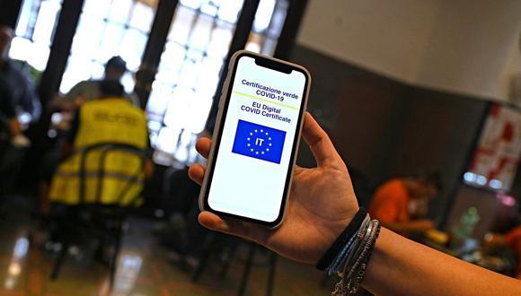 Una clienta muestra su Green Pass en un teléfono móvil en un bar del centro de Roma, Italia, el 6 de agosto de 2021. (Andreas SOLARO / AFP).