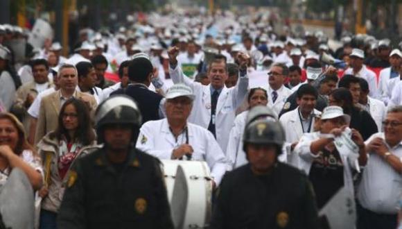 Médicos exigen mejoras salariales y nombramientos de profesionales. (Foto: El Comercio)