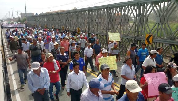 Los agricultores de las juntas y comisiones de riego y productores agrarios se movilizan hasta la ciudad de Chimbote (Foto: Laura Urbina)