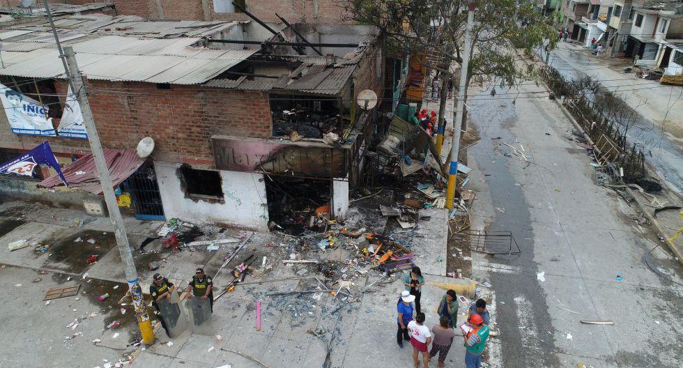 Se elevó a trece la cifra de muertos que dejó el incendio provocado en Villa El Salvador. (Foto: Carlos Hidalgo/GEC)