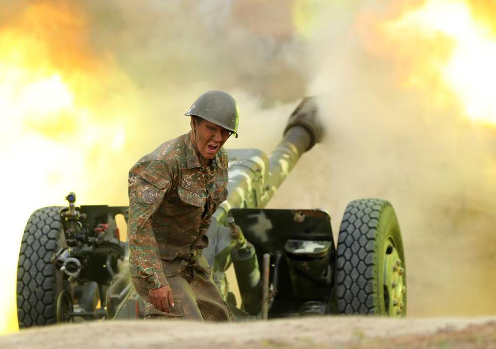 Un militar del Ejército de Defensa de Karabaj dispara una pieza de artillería hacia posiciones de Azerbaiyán durante los combates por la separatista región de Nagorno-Karabaj el 28 de septiembre de 2020. (Foto: AFP).