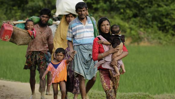 Una familia refugiada rohinya llega a Tuangiri, en Teknaf (Bangladesh). EFE/Abir Abdullah