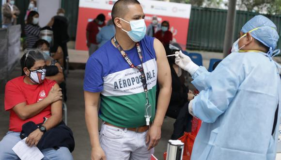 Personal de salud aplicando una vacuna contra el COVID-19.  (Foto: GEC)