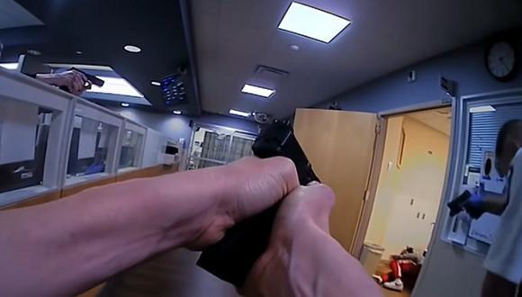 Miles Jackson está tendido dentro de la sala de un hospital, pero aparentemente tiene un arma y los oficiales le exigen que levante las manos. Luego se oyó un disparo que desencadenó el tiroteo. (Foto: captura YouTube)