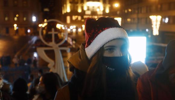 Personas que usan máscaras para protegerse contra el COVID-19 esperan antes de la misa de Nochebuena frente a la Basílica de San Esteban en Budapest, Hungría. (Foto AP / Laszlo Balogh)