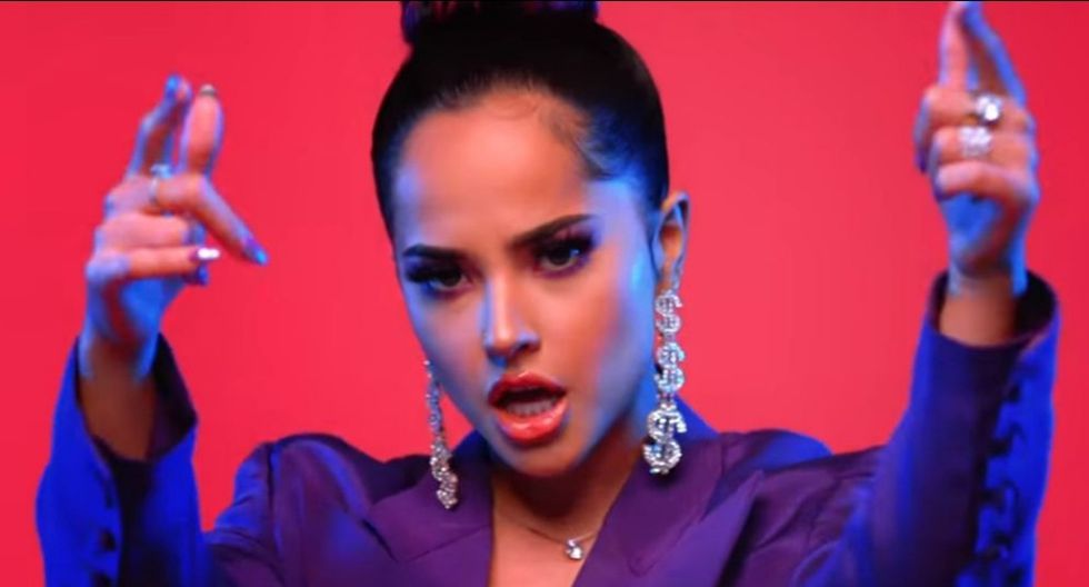 """Captura del videoclip del tema """"Dollar"""", el cual se encuentra interpretado por Becky G. El rapero Myke Towers hizo una colaboración. (Foto: YouTube)"""
