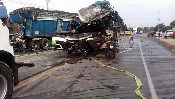 En La Libertad bus interprovincial y un tráiler colisionaron. El accidente provocó la muerte de dos personas. (Foto: Antonio Machuca Santiago / Cortesía)