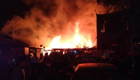 El incendio en una quinta del jirón Callao se desató después de las 8:30 p.m. del miércoles. (Foto: Barrio de Monserrate/Facebook)
