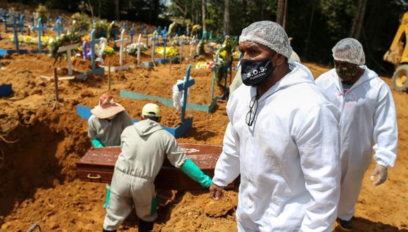 Un pastor evangélico participa en un funeral en el cementerio de Sao Francisco, en Manaos, estado de Amazonas, en medio de la nueva pandemia de coronavirus. (Foto: MICHAEL DANTAS / AFP).