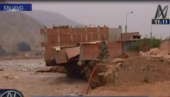 Chosica: al menos 3 casas a punto de caer por crecida de río