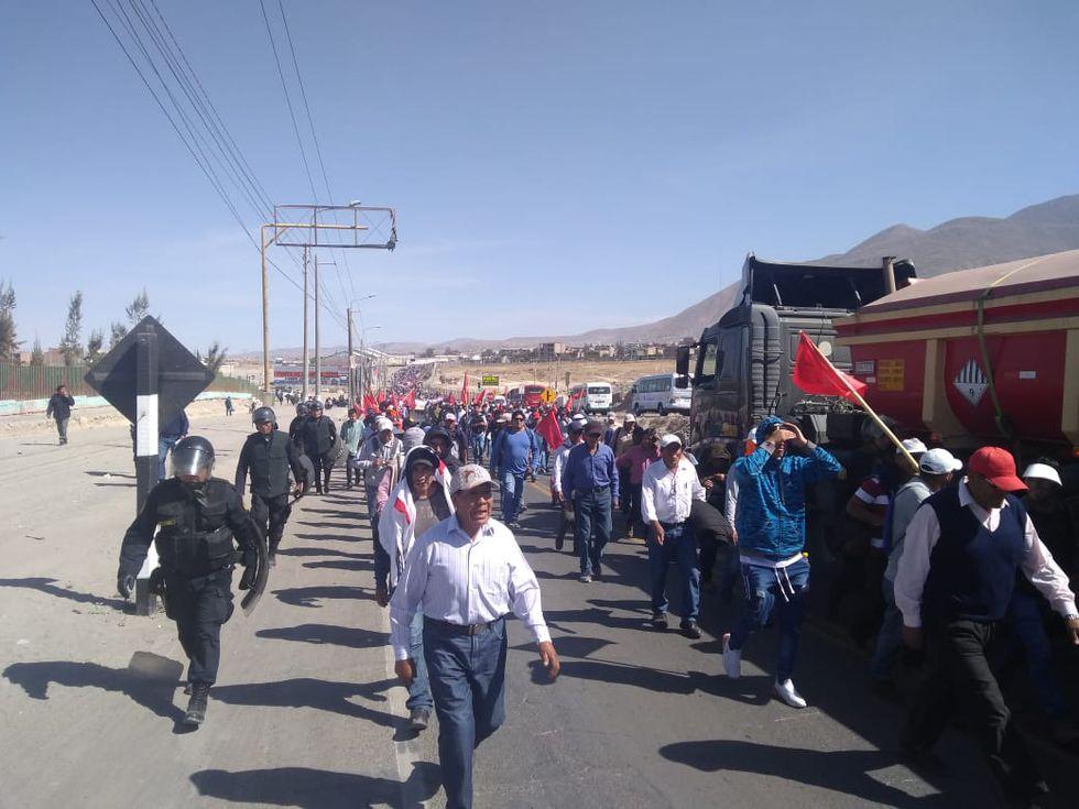 Manifestantes de Construcción Civil paralizan 40 obras y se suman a las protestas contra proyecto minero Tía María. (Foto: Zenaida Condori)