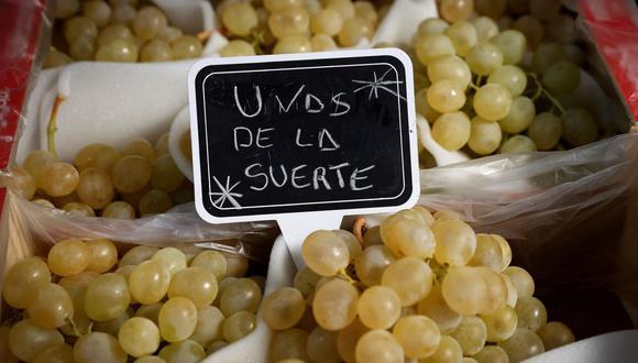 Esta Nochevieja no habrá fiestas ni cenas multitudinarias pero sí se mantendrá en varios hogares la tradición de despedir el año con una docena de uvas blancas. (Foto: EFE)