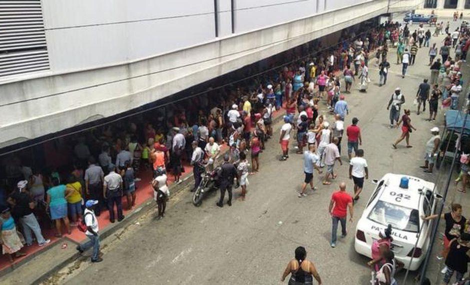 Las filas para entrar a la tienda Carlos III, en La Habana. Foto: @LENNIERLOPEZ, vía BBC Mundo