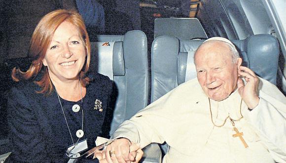 """La periodista mexicana junto a Juan Pablo II en uno de sus viajes. """"En las giras nos levantamos a las 4 de la mañana. Por razones de seguridad, llegamos dos horas antes que el Papa a sus actos"""", cuenta."""