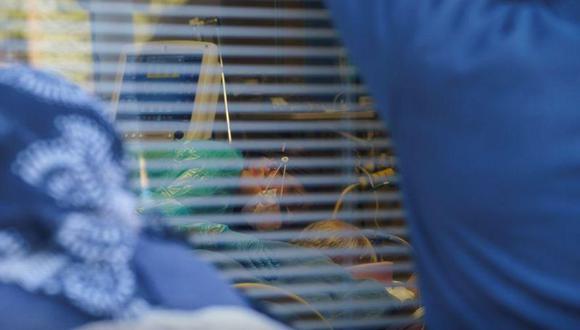 La enfermera Carolina García, de 36 años, cuidando a su padre, José García, de 67 años, quien actualmente está intubado y sedado debido a la COVID-19, en el Memorial Medical Center de Las Cruces, Nuevo México, EEUU, el 29 de noviembre de 2020. REUTERS/Paul Ratje