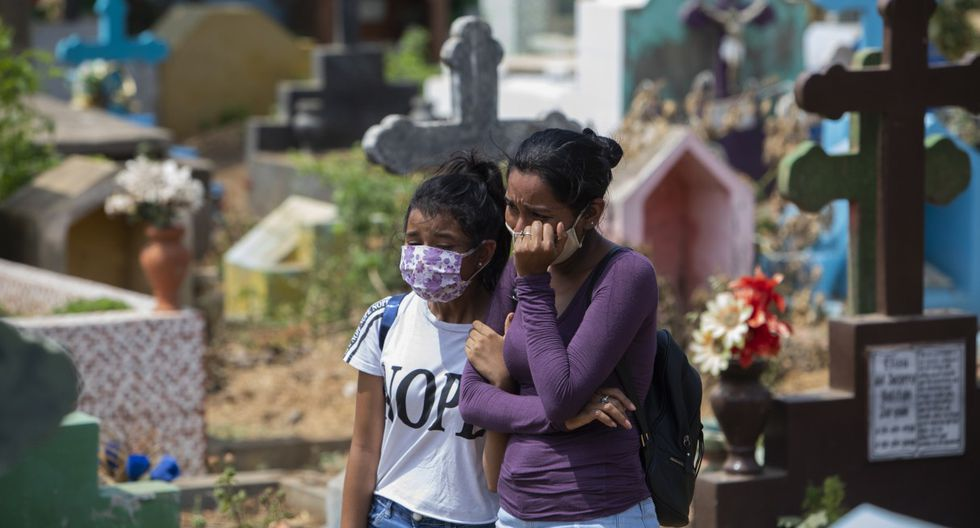 Los familiares y amigos de un mecánico llamado Roberto, que murió en un hospital con síntomas del nuevo coronavirus. (Foto: Inti OCON / AFP).