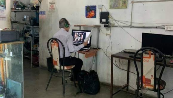 La foto viral del docente provocó que en las redes sociales pidieran que el gobierno mexicano lo ayude para poder realizar bien su labor. | Crédito: La Prensa de Tehuacán / Facebook.