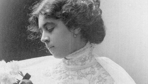 Angélica en delicado retrato de perfil. Además de narrativa, publicó poesías en revistas de la época.