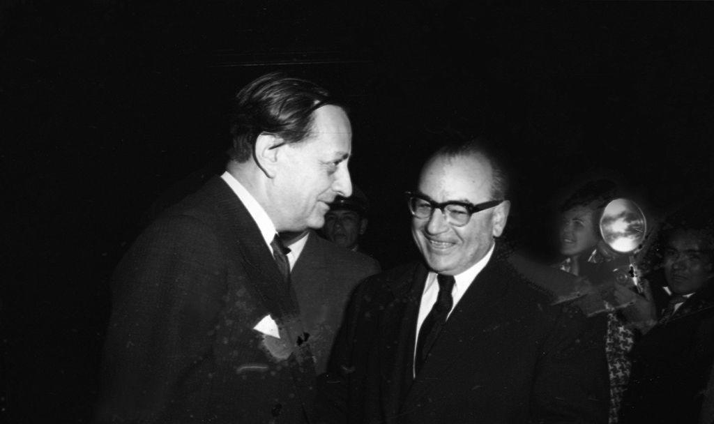 Malraux (de perfil) se dirigió del aeropuerto al Hotel Bolívar, en el centro de Lima. Allí daría al día siguiente una recordada conferencia de prensa donde habló de cultura, política y de sus asuntos personales. (Foto: GEC Archivo Histórico)