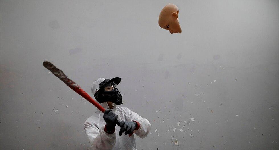 """Un cliente de un establecimiento """"Anger Room"""" golpea la cabeza de un maniquí en Pekín, China. (EFE)"""