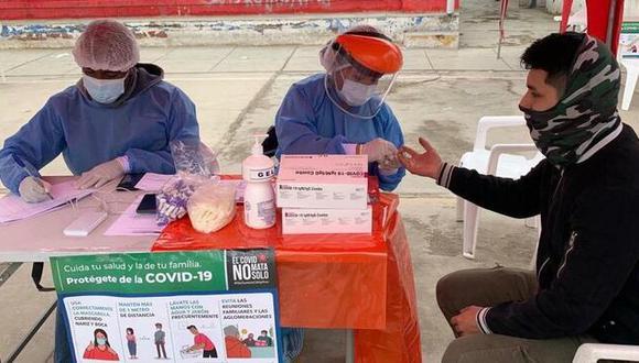 De acuerdo con el Minsa, la Dirección de Redes Integradas de Salud (Diris) Lima Sur informó que se tomaron 400 pruebas de descarte en el Complejo Deportivo Siglo XXI, de los cuales 132 resultaron positivos. (Foto: Minsa)
