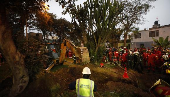 Bomberos intentaron rescatar a niño de 2 años que cayó a pozo en parque en el Cercado de Lima, el pasado 26 de julio. (Foto: César Bueno/ GEC)