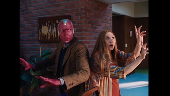 """Paul Bettany y Elizabeth Olsen, minutos antes de pasar por uno de sus momentos más complicados como pareja en """"WandaVision"""". Nótese la pose de ambos, como si estuviesen rodeados por enemigos en la portada de un cómic. Foto: Disney+."""