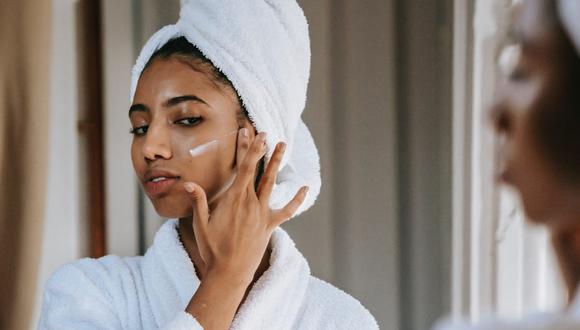 Cuidar la piel permite alejar las arrugas, manchas o líneas de expresión prematuras. (Foto: Sora Shimazaki / Pexels)