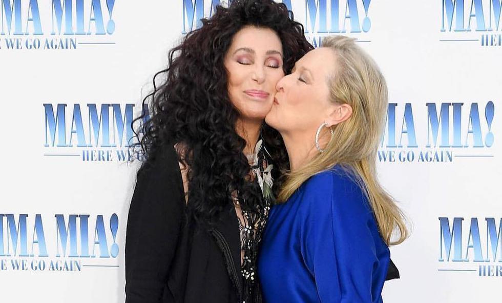 La actriz empezó con un beso en la mejilla y Cher le respondió con uno en los labios. (Créditos:Instagram)