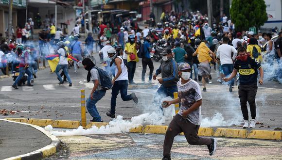 Los colombianos llevan 15 días protestando en las calles de las principales ciudades del país, inicialmente se oponían a la reforma tributaria promulgada por el Gobierno de Iván Duque pero tras su derogación la protesta se enfocó en la represión policial. Según las voces oficialistas, habría infiltrados en las marchas que buscan desestabilizar al país con miras a las elecciones del 2022. (Foto: AFP)