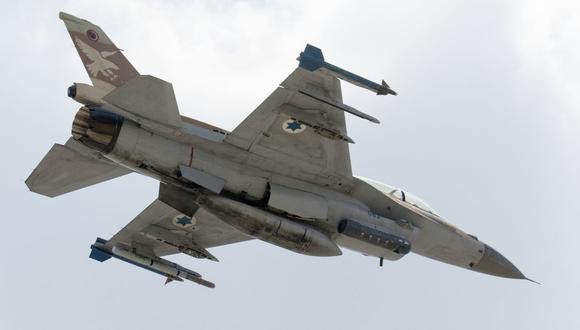 Una imagen tomada el 28 de junio de 2016 muestra un avión de combate F-16 D de la Fuerza Aérea Israelí despegando en la Base Ramat David de la Fuerza Aérea ubicada en el Valle de Jezreel, al sureste de la ciudad portuaria israelí de Haifa. (Foto por JACK GUEZ / AFP).