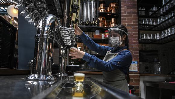En diversos países se han reabierto lugares públicos como restaurantes y bares. (Foto: Juan BARRETO / AFP)