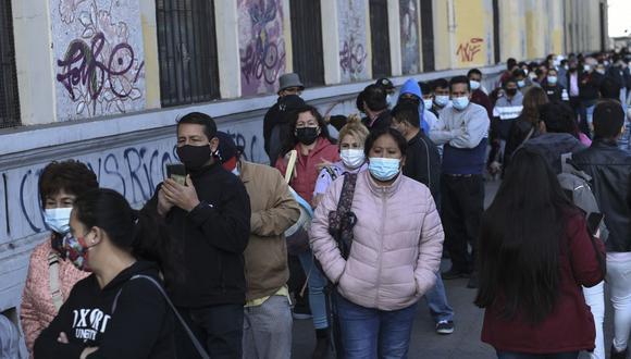 Residentes peruanos en Santiago de Chile hacen cola para emitir sus votos para la segunda vuelta de las elecciones presidenciales. (Foto de Martin BERNETTI / AFP).
