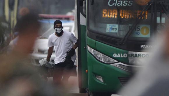 Un hombre tomó un autobús en el puente Río-Niteroi del Río de Janeiro y mantivo como rehenes a más de 30 personas antes de ser abatido. (AFP).
