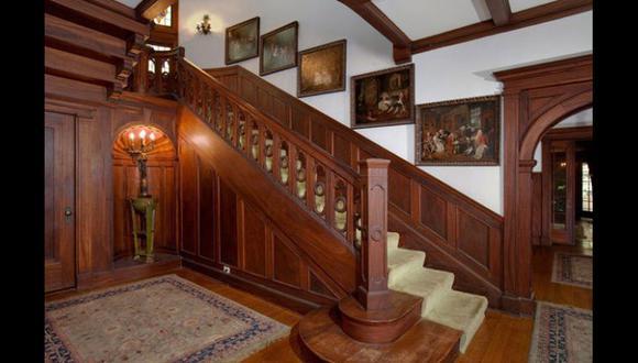 Esta casa cuenta con dos niveles. En las escaleras se generó una composición de cuadros, que forman parte de la decoración. (Foto: Airbnb)
