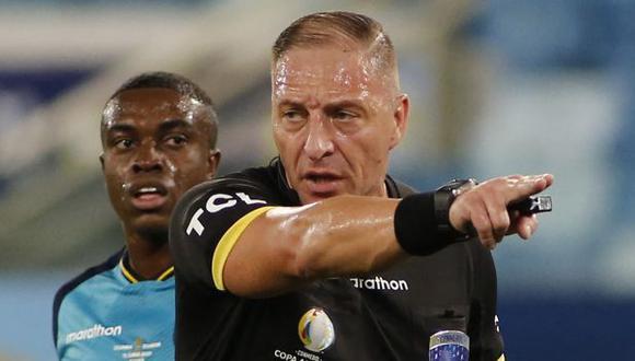 Néstor Pitana dirigió dos partidos en la Copa América 2021. (Foto: AFP)