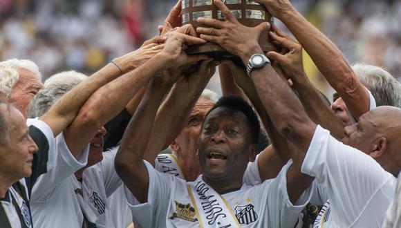 Pelé acompañó al Santos y celebró en la cancha el título conseguido en 2011 ante el Peñarol. (Foto: AFP)